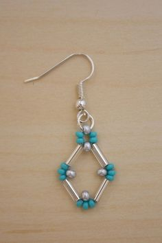 Bugle Bead Earrings : This clever design uses bugle beads and seed beads and is a lot simpler than it looks! Bugle beads really lend themselves to bold, geometric shapes, and originally I was going with something triangular, but it evolved into Bead Jewellery, Seed Bead Jewelry, Beaded Earrings Patterns, Beaded Bracelets, Bugle Beads, Seed Beads, Earring Tutorial, Beads Tutorial, Bijoux Diy