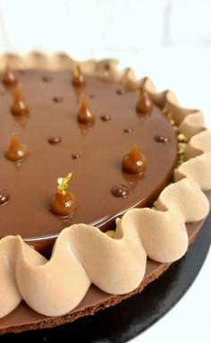 Biscuit brownies, praliné noisette amandes, crémeux chocolat, chantilly et glaçage Gianduja - Christophe Michalak.