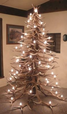 Antler Christmas Tree - Amazing but someone is gonna get impaled or lose an eye on those antlers. Antler Christmas Tree, Noel Christmas, Country Christmas, All Things Christmas, Redneck Christmas, Xmas Tree, Cabin Christmas, Cowboy Christmas, Natural Christmas