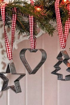 Easy farmhouse Christmas tree ornaments - vintage cookie cutters with a red and white ribbon. Country Christmas Decorations, Diy Christmas Ornaments, Xmas Decorations, Christmas Projects, Christmas Wreaths, Kitchen Ornaments, Decorating Ornaments, Christmas Ideas, Primitive Christmas Decorating