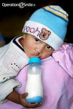 Un #bambino nato con #malformazioni al volto spesso non riesce a prendere il #latte, rischiando così la denutrizione e la #morte. Un #biberon speciale può salvarlo. Bastano 50 euro per acquistarne 5. Con 50 euro salviamo la vita di 5 bambini. #Aiutaci!