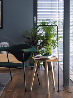 Der Beistelltisch Hi! Eiche von Team 7 in Holzfarbig ist ohne Frage ein elegantes Schmuckstück. Mit einem Tischblatt aus Holz passt der kleine Tisch gut neben Ihre Couch oder Sessel. Damit ist die Gesamterscheinung robust und dezent gleichzeitig. Der Beistelltisch Hi! Eiche hat eine Höhe von 50 cm und ist damit sehr unauffällig. Der Beistelltisch passt in jede Ecke oder lässt sich mitten ins Wohnzimmer stellen und rundet jedes Interieur harmonisch ab. Dining Chairs, Table, House, Inspiration, Furniture, Design, Home Decor, Ideas, Colors