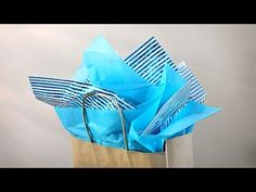 In this short video I will show you how I put tissue in a gift bag. Cookie Wrapping Ideas, Gift Wrapping Tutorial, Paper Bag Gift Wrapping, Gift Wraping, Paper Gift Bags, Paper Gifts, Creative Gift Packaging, Creative Gift Wrapping, Papel Tissue