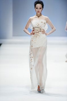 Chinese style Glassbeads Embroidery dress - from Zhang jingjing 2013 spring summer haute couture (china fashion week) Armani Prive, Runway Fashion, Girl Fashion, Fashion Outfits, Elie Saab, Glamour Moda, Mcqueen, Valentino, Saint Laurent