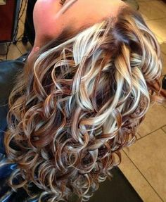 How to Take Care of Your Curly Hair Marvelous dyed curly hair - Station Of Colored Hairs Hair Highlights And Lowlights, Hair Color Highlights, Fall Highlights, Hair Color And Cut, Cool Hair Color, Hair Colors, Medium Hair Styles, Curly Hair Styles, Hair Medium