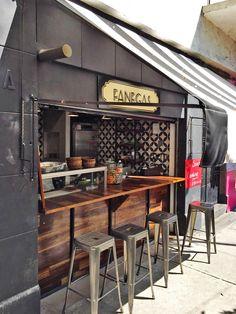 Barra de comer estilo pub para: Fanegas, Tabacalera, CDMX.  El diseño de interiores, el criterio de los materiales así como la restauración arquitectónica del espacio estuvo a cargo de @Vertical Arquitectura liderado por el Arquitecto David Pérez Ortega
