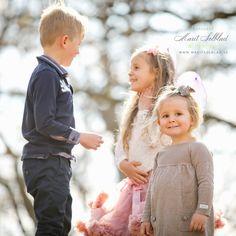 Barn- & Familjefotografering Girls Dresses, Flower Girl Dresses, Barn, Wedding Dresses, Fashion, Pictures, Dresses For Girls, Converted Barn, Alon Livne Wedding Dresses