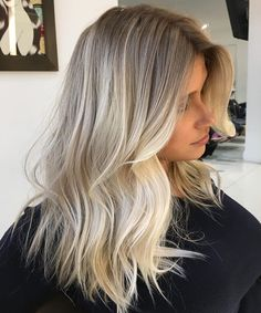 Here's Every Last Bit of Balayage Blonde Hair Color Inspiration You Need. balayage is a freehand painting technique, usually focusing on the top layer of hair, resulting in a more natural and dimensional approach to highlighting. Blonde Hair Looks, Brown Blonde Hair, Ombré Blond, Bleach Blonde Hair With Roots, Baby Blonde Hair, Medium Blonde, Brunette Hair, Pearl Blonde, Balayage Blond