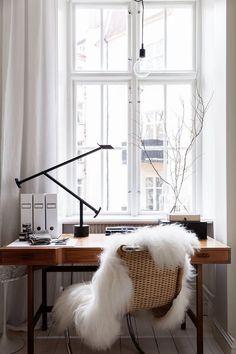 Bureau avec une chaise et une peau de mouton