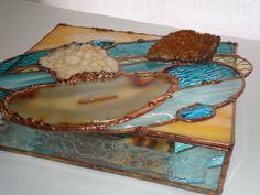Cette boîte à bijoux uniques a 2 cristaux Citrine belle, une agate brésilienne, main versé & roulé, lunettes, verres soufflé européen, pépites de verre et colle ébréché côtés biseautées. Doux turquoise, main soufflé versé ondulation turquoise, opale peachy / orange, pépites de verre turquoise et ondulation jaune pâle. Un fond en miroir pour réfléchir la lumière. Taille approximative: 8 « X 9 3/4 » *** environ 2 3/4 de haut Finition cuivre / bronze