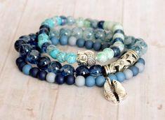 Pulsera boho chic gypsie surfera tonos azul elástica plata tibet colgante concha cowrie buda cuentas cristal de RoxBohoDesigns en Etsy