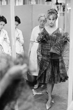 Jeanne Moreau at the Chanel boutique in Paris, 1960 Jeanne Moreau, Jules Et Jim, Chanel Boutique, French Actress, Retro Fashion, Monochrome, Dancer, Take That, Daughter