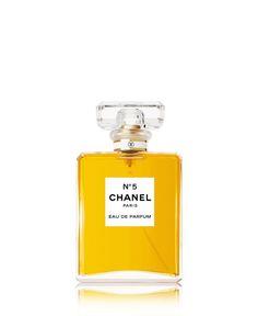 N° 5, DE CHANEL (119 $ les 50 ml d'eau de parfum)—OriginesCe «parfum de femme à odeur de femme» est né le 5 mai 1921, après que Coco Chanel eut arrêté son choix sur le cinquième des échantillons soumis par le maître-parfumeur Ernest Beaux. D'une étonnante modernité, elle baptise tout simplement son jus «N° 5», persuadée qu'il lui portera chance (le 5 étant, depuis to...