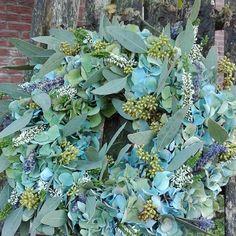 #flowerwreath #blomsterkrans #bloemenkrans #blumenkranz #blumen #blomster #fiorimagazine #fiori #fioribilden #wreathsofinstagram #wreaths #flowerdesign #flowermagic #floristik #floralinspiration #florals #bloemen #handmade #madebyme #blomkjeenwenje #nature #flowers #floristik #minfinastehöstkrans