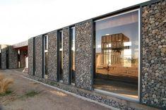 mur en gabion -galets-fillet-métallique-verre-moderne