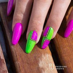 #Nailart #vintage per quest'estate! Struttura realizzata con il #costruttore #NaturalBuilder. Colori utilizzati C42 #FuxiaFluo , C100 #Assenzio , A115 #GlitterChrome&Gold , F16 #PoisonBlack. Sigillato con #RockGloss. #anni80 #summer #fluo #estate #geometrie #nail #geluv #gelnails #uñasdecoradas #uñas #passioneunghieofficial