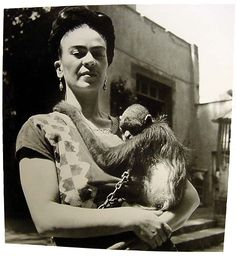 Fritz Henle, Frida Kahlo with her pet monkey in front of her studio in Coyoacan, Mexico. I love her and her artwork! Diego Rivera, Rare Photos, Vintage Photographs, Vintage Images, Imogen Cunningham, Frida And Diego, Frida Art, Feminist Icons, Pet Monkey