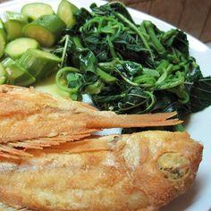 Ψάρια τηγανητά με βλίτα και κολοκυθάκια βραστά