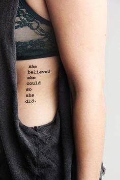 Tatuagens escritas são delicadas e charmosas; inspire-se