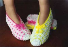 Tried this Pin? Pink Slippers, Knitted Slippers, Crochet Home, Knit Crochet, Bed Socks, Mommy Workout, Chest Workouts, Slipper Boots, Free Pattern