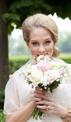 Romantiek. Welke bloemen kies jij voor je bruidsboeket? Laat de bruidsfotograaf ook zo'n mooie bruidsfoto in de tuin van Mereveld maken! #Mereveld Utrecht in TOP 5 populairste trouwlocaties van Nederland!