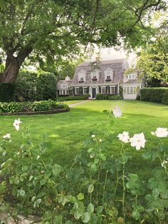Guide: Martha's Vineyard and Nantucket Martha's Vineyard Travel Guide by Gray Malin - The Cutest Homes!Martha's Vineyard Travel Guide by Gray Malin - The Cutest Homes! Exterior Design, Interior And Exterior, Dutch Colonial Exterior, Dutch Colonial Homes, Colonial Cottage, Traditional Exterior, Rustic Cottage, Dream House Exterior, Waterfront Homes
