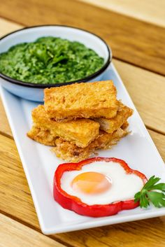 Spanac cremos cu ouă ochiuri și frigănele. Conține pâine, ou și spanac.