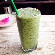 Weer een heerlijke groene smoothie! Voor 2 glazen: 2 bananen, 200 ml kokosmelk, 200 ml kokoswater, 1 jonagold appel, handje blauwe bessen en een handvol spinazie.