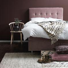 Österlen är en stilren och elegant kontinentalsäng i härlig sammet som finns i tre olika storlekar. Huvudgavel, bäddmadrass och sängben i metall ingår. Sängen har medelfast komfort. Gaveln har djuphäftade pikeringar för en snygg och ombonad look. Elegant, Bed, Furniture, Home Decor, Classy, Decoration Home, Stream Bed, Room Decor, Home Furnishings