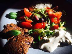 Petit met cru et sain du soir : salade de tomates, olives kalamatas et pousses de tournesol, avec sauce tsatsiki végétale et son crackers déshydraté