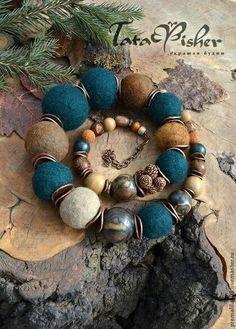 Gorgeous felt and bead necklace Textile Jewelry, Fabric Jewelry, Clay Jewelry, Jewelry Art, Handmade Jewelry Designs, Handcrafted Jewelry, Felt Necklace, Unusual Jewelry, Handmade Felt