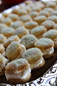 Kuvasta saattaa saada väärän käsityksen pikkuleipien koosta. Ne ovat aivan pikkuisia, halkaisijaltaan ehkä noin 2,5 cm. Kreemitäyte ja ... Baking Recipes, Cookie Recipes, Finnish Recipes, Sweet Bakery, Sweet Pastries, Recipes From Heaven, Yummy Cakes, No Bake Cake, Sweet Recipes