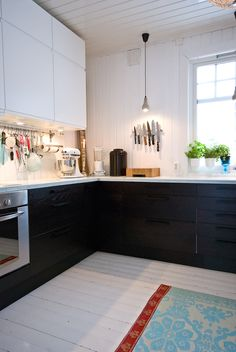 love those dark pull out cabinets