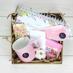 DIY Personalized Gift Baskets DIY Personalized Gift Basket For Anyone, Girlfriend, Kids, Mom Etc - Owe Crafts Diy Gift Baskets, Gift Hampers, Personalised Gifts Diy, Customized Gifts, Birthday Box, Birthday Gifts, Homemade Gifts, Diy Gifts, Cute Gifts