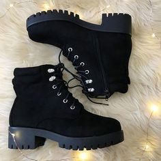 Timberland Boots, an American Icon ~ Fashion & Style Grunge Look, 90s Grunge, Grunge Style, Soft Grunge, Grunge Outfits, Fashion Boots, Sneakers Fashion, Ootd Fashion, Goth Shoes