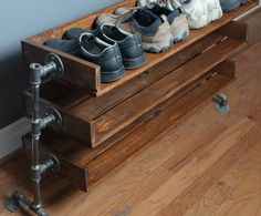Handmade Reclaimed Wood Shoe Stand with Pipe Stand Legs di ReformedWood su Etsy https://www.etsy.com/it/listing/176430256/handmade-reclaimed-wood-shoe-stand-with