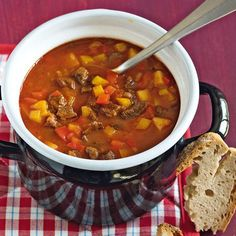 Goulash soup with peppers - It gets warm! This goulash pot heats up properly. With two types of peppers and fresh pods, you bri - Crockpot Recipes, Soup Recipes, Goulash Soup, Paprika Recipes, Vegetable Soup Healthy, Atkins, Soups And Stews, Healthy Dinner Recipes, Healthy Cooking