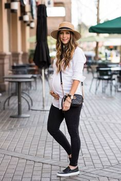 Two Looks in the Comfiest Sneakers and best maternity fashion Casual Maternity Outfits, Stylish Maternity, Pregnancy Outfits, Maternity Wear, Maternity Looks, Modern Maternity Clothes, Maternity Style, Spring Fashion Outfits, Look Fashion