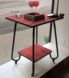 rullapöytä / sivupöytä / / tarjoilupöytä / TV-taso 50 luvulta Ranskasta . tasot punaista muovipinnoitetta . musta kanttaus . mustat putkijalat . korkeus 80 cm . leveys 65 cm . syvyys 55 cm . @kooPernu