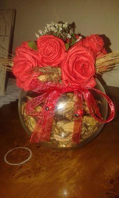 vaso in vetro con rose rosse