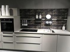 Mit Einer Nischenrückwand Lässt Sich Eine Weiße Küche Schnell Aufpeppen.  Dank Paneelsystem Lassen Sich Halterungen