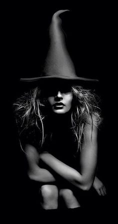 Halloween: The Pagan Festival of Samhain. Beltane, Which Witch, Looks Dark, Beautiful Witch, Season Of The Witch, Witch Art, Witch Painting, Fantasy Witch, Foto Art