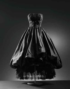 Balenciaga evening dress ca. 1952 From the Cristobal Balenciaga Museum Charles James, Vintage Mode, Vintage Gowns, Vintage Outfits, Vintage Wardrobe, Vintage Clothing, Vintage Style, Vintage Jewelry, Lanvin