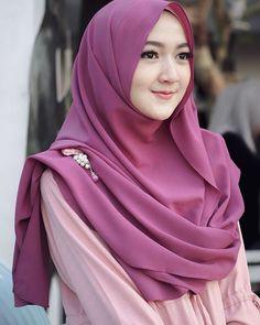 Pin Image by Bunda Hijaber Cara Hijab, Hijab Chic, Beautiful Hijab Girl, Beautiful Muslim Women, Modern Hijab Fashion, Street Hijab Fashion, Abaya Fashion, Hijab Style Dress, Casual Hijab Outfit