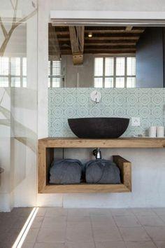 Salle de bain avec carrelage marocain