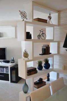 Vale a pena guardar esta ideia. A estante tem a função de divisória e é super charmosa.