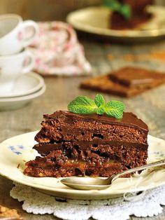 Questa ricetta senza glutine della Sachertorte, dolce della tradizione viennese, vi conquisterà: gustatela con panna montata non dolce. #sachertorte