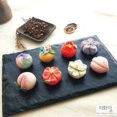 안녕하세요 미화당케이크입니다 8월 미화당케이크의 화과자(고나시) 원데이클래스 커리큘럼 및 일정 올립니... Japanese Wagashi, Japanese Sweets, Japanese Food, Cute Desserts, Dessert Recipes, Cute Food, Yummy Food, Festive Bread, Exotic Food