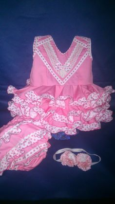 TRAJES DE BEBÉ & ADULTO New Outfits, Kids Outfits, Baby Necessities, Baby Sewing, Fabric Flowers, Boho Shorts, New Dress, Crochet Necklace, Ruffle Blouse