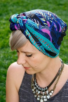 hairstyles pixie How to Tie a Scarf 3 Chic Ways Headscarves are a summer staple for good reason: they amp up any type of outfit, tame hair while riding with the top down or walking on a windy beach and protect strands and scalp from sun damage. Hats For Short Hair, Headbands For Short Hair, Short Hair Styles, Turbans, Headscarves, Bandana Hairstyles, Down Hairstyles, Pixie, Soft Grunge